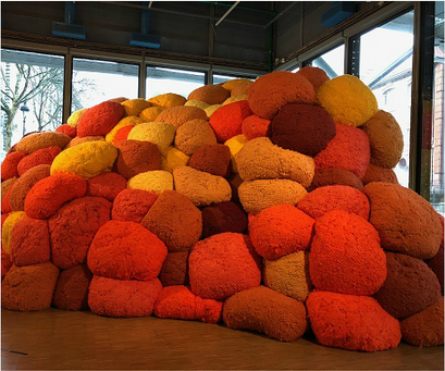 Sheila Hicks: The rediscovery of her sensual, colored and minimalist installations in Paris after New York and Venice